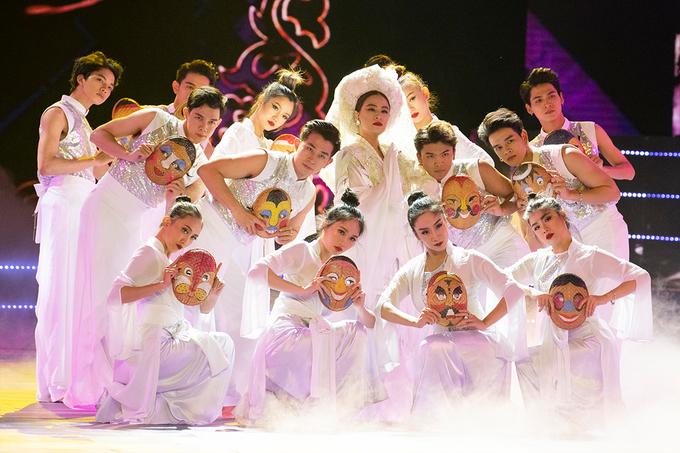 Hoàng Thùy Linh 'hầu đồng' trên sân khấu