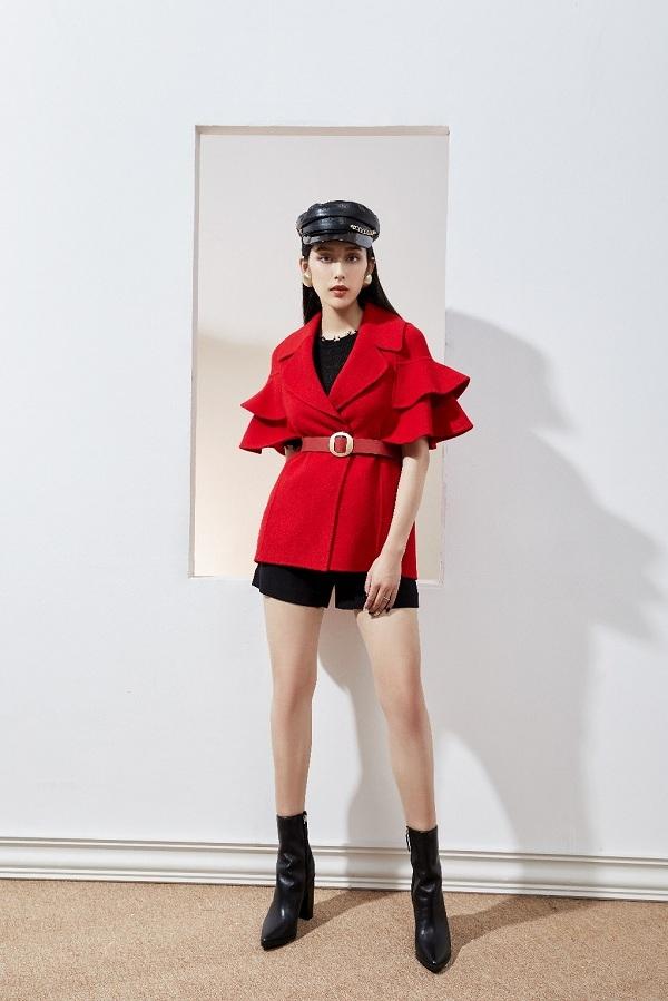 Nếu yêu thích sự bí ẩn, bạnnên tham khảo hai tông màu đỏ và đen. Set đồ này đặc biệt thích hợp với những cô nàng năng động. Áo len tay lỡ kết hợp cùng quần soóc sẽ làm nổi bậtcho sắc đỏ của chiếc áo dạ. Ngoài ra, chi tiết tay loe hai tầng ấn tượng sẽ giúp người mặcthêm phần mềm mại, nữ tính hơn.