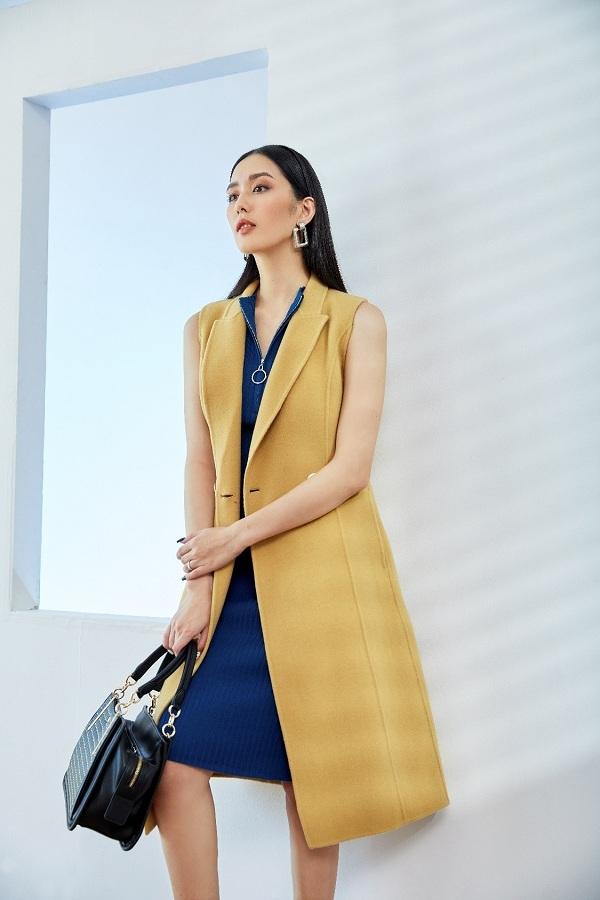Những cô nàng theo đuổi phong cách thời trang hiện đại, cá tính thường kết hợp các gam màu nổi bật. Chiếc váy len gân sát nách tông xanh nước biển kết hợp cùng áo dạ màu vàng tươi sáng sẽ giúp bạn trông ấn tượng, đặc biệt hơn.