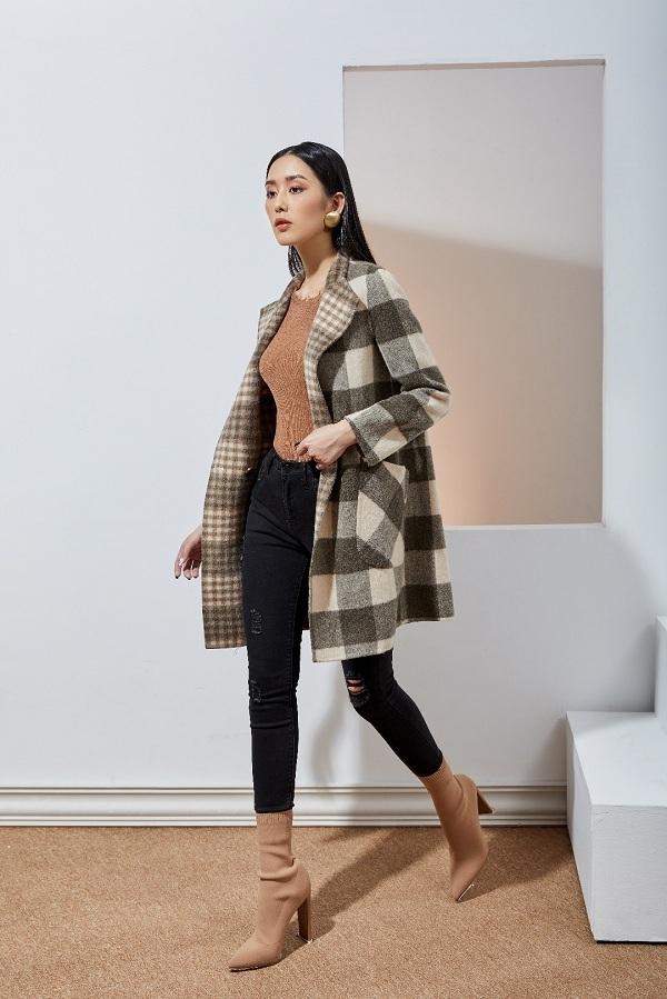 Áo len mềm, nhẹ tông nâu - be là sự kết nối hoàn hảo cho tổng thể set đồ này. Lớp áo dạ họa tiết carosẽ làm nổi bật phong cách thanh lịch mà bạn muốn hướng đến. Bạn có thể tạo điểm nhấn với quần jeans xước màu đen đểcá tính, khỏe khoắn hơn.