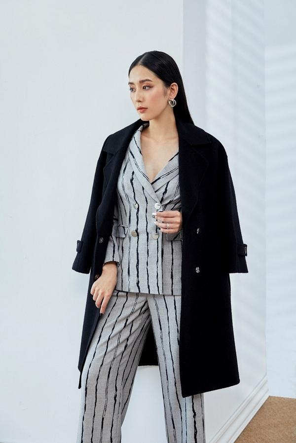 Menswear là một trong những phong cách tiêu biểu cho tuyên ngônnữ quyền.Bộ suits màu ghi với họa tiết kẻ sọc kết hợp với chiếc áo dạ basic màu đen sẽ mang đến vẻ ngoài chỉn chu, giúp cô nàng công sở cảm thấy tự tin, như đượctiếp thêm năng lượng tích cực để hoàn thành công việc một cách hiểu quả nhất.
