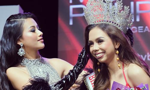 Phương Khánh trao giải cho thí sinh chiến thắng cuộc thi. Ảnh: Quang Đức.