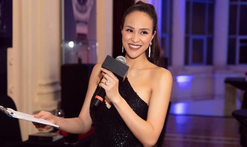 Phương Mai làm MC song ngữ trong sự kiện tại TP HCM, tối 2/12. Ảnh: Trịnh Kim Điền.