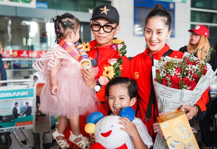 Phan Hiểnmang về cho đoàn thể thao Việt Nam huy chương vàng ở nội dung latin jive và khoe với hai con.