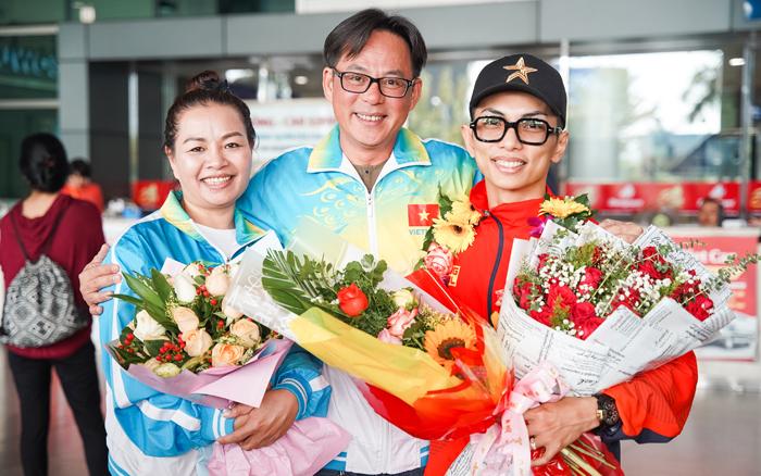Các đồng nghiệp ra sân bay mừng chiến thắng của chồng Khánh Thi. Anh cho biết vẫn còn cảm giác hạnh phúc khi công sức luyện tậptrong ba năm qua của anh được đền đáp xứng đáng.