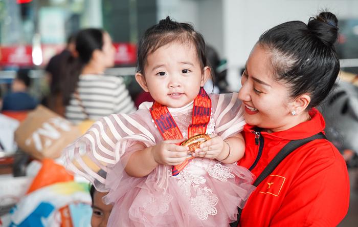 Khánh Thi ôm chặt con gái sau hơn mộttuần xa nhà đưa chồng - Phan Hiển - và Nhã Khanh sang Philippines thi SEAGames 30.