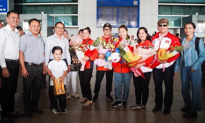 Sau khi giã từ sự nghiệp thi đấu, vũ công dancesport Khánh Thi trở thành huấn luyện viên của Phan Hiển.Khánh Thi yêu Phan Hiển - học trò kém cô 12 tuổi khi dạy anh bộ môn dancesport. Hai người có con trai Ku Bi năm 2015, con gái Anna năm 2018.
