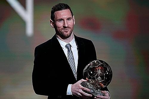 Tiền đạo Lionel Messi nhận danh hiệu Quả Bóng Vàng 2019 tối 2/12. Ảnh: AP.