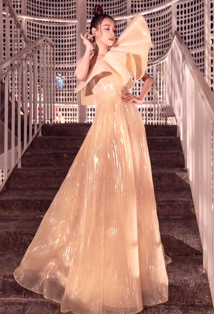 Diễn viên Nhã Phương cùng bộ váy chéo vai nhún bèo.