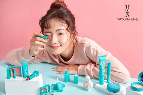 Bộ sản phẩm trang điểm mới được ra mắt củaVũ Cẩm Nhung mang tên VCN - tên viết tắt của siêu mẫu.