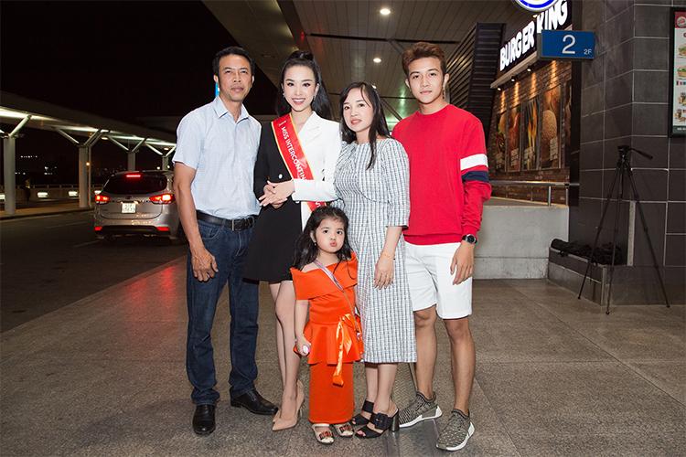 Gia đình tiễn Thúy An lên đường thi hoa hậu. Ảnh: SV.