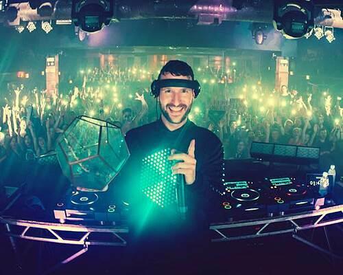 DJ nổi tiếng thế giới Don Diablo được biết đến với phong cách sản xuất nhạc điện tử chuyên nghiệp.