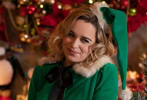 Ở cửa tiệm, Kate phải đóng giả một yêu tinh (elf) trong lúc bán hàng. Tạo hình này mang đến sự dí dỏm ở nhiều cảnh quay. Ảnh: Universal.