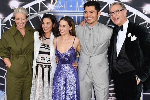 Diễn viên Emma Thompson, Dương Tử Quỳnh, Emilia Clarke, Henry Golding và đạo diễn Paul Feig ở buổi ra mắt phim tại Mỹ. Ảnh: AFP.