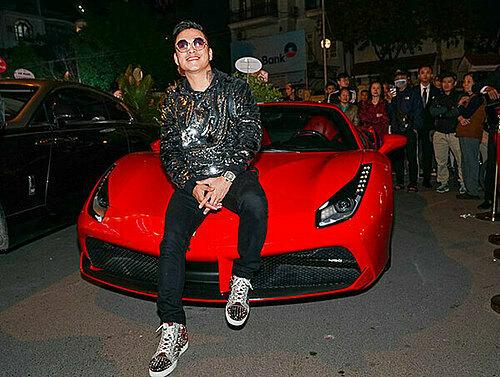Chiếc xe Ferrari 488 GTB không còn lạ lẫm với công chúng bởi gắn liền cùng vụ tai nạn không may mắn cách đây hơn một năm tại cao tốc Nội Bài - Lào Cai, khiến phần đầu hư hỏng nặng nề. Nam ca sĩ Tuấn Hưng mất hơn một năm để đặt mua phụ tùng linh kiện, sửa chữa lại chiếc xe.  Anh mua chiếc xe này vào tháng 9/2017 với giá khoảng 16 tỷ đồng.