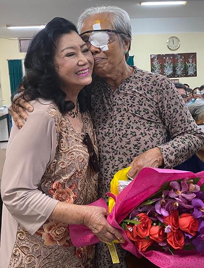Một bệnh nhân bày tỏ tình cảm với Kim Cương trong buổi trao quà tại bệnh viện Nguyễn Trải TP HCM. Ảnh: N.X.