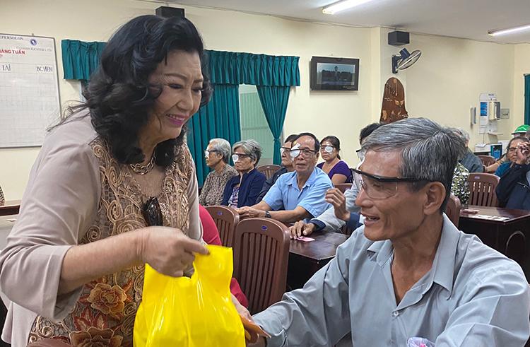 Nghệ sĩ Kim Cương trao quà cho 100 bệnh nhân nghèo trong buổi từ thiện tại bệnh viện Nguyễn Trải TP HCM. Ảnh: N.X.