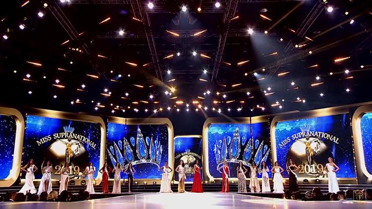 Sân khấu năm nay khác với năm ngoái ở đường băng catwalk. Ảnh: MS.