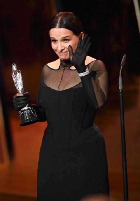 Juliette Binoche trên sân khấu. Ảnh: AFP.
