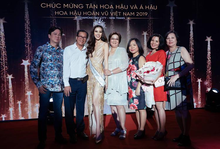 Bố mẹ (áo trắng) cùng họ hàng đến xem chung kết, cổ vũ cho Khánh Vân. Ảnh: Tô Thanh Tân.