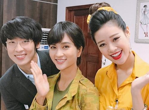 Từ trái sang: Tuấn Trần, Kim Tuyến, Khánh Vân trên phim trường. Ảnh: Facebook Khánh Vân.