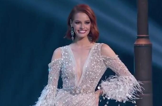 Người đẹp Pháp Maëva Coucke trong trang phục dạ hội