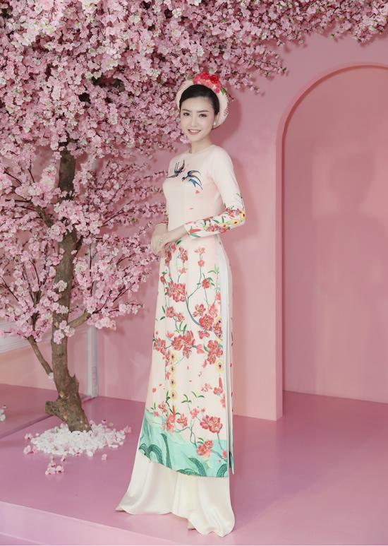 Thùy Dung, Linh Nga diện áo dài Tết