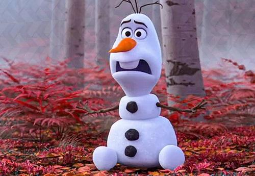 Cũng như phần đầu, người tuyết Olaf là cây hài với những câu thoại hóm hỉnh cùng các màn biến hóa hình dạng vụng về. Những màn chọc cười của cậu khiến tác phẩm bớt căng thẳng. Ảnh: Disney.