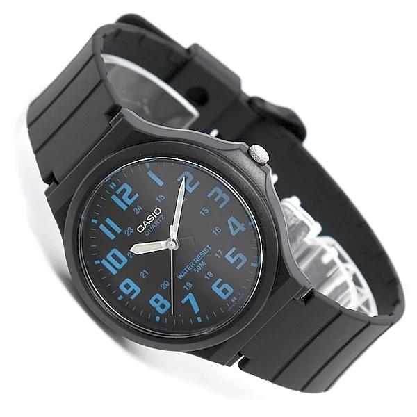 Với thiết kế đơn giản, kiểu mặt tròn cơ bản, đồng hồ Casio MW-240-2BVDF thích hợp cho cả nam lẫn nữ. Mặt số màu xanh nổi bật trên nền đen. Kim giờ và phút có phản quang, dễ xem giờ trong không gian tối. Sản phẩm có khả năng chống nước ở độ sâu 50 m. Mặt kính khoáng chắc chắn, hiện thị rõ ràng, chịu va đập tốt khi sinh hoạt hàng ngày. Sản phẩm được bảo hành chính hãng một năm, miễn phí thay pin trọn đời. Đồng hồ có giá 445.000 đồng, ưu đãi 14% so với giá gốc.