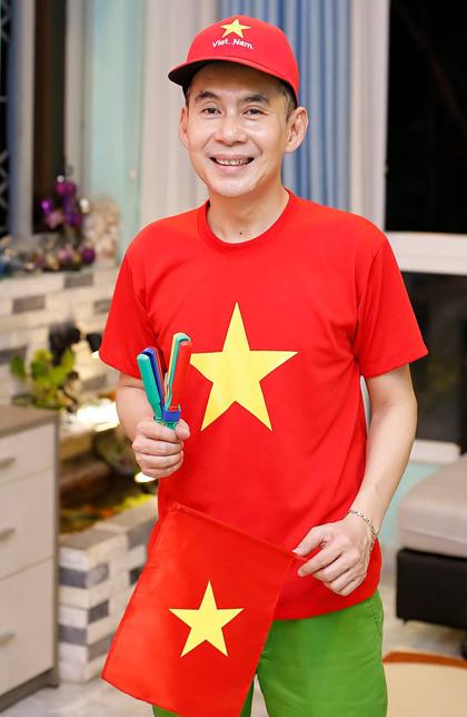 Ca sĩ Đoan Trường chuẩn bị cờ, áo cổ vũ trận chung kếtSEA Games 30 giữa Việt Nam - Indonesia. Ảnh: Đ.T.