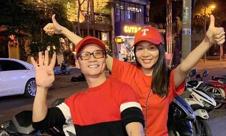 Ca sĩ Hoàng Bách cùng vợ hòa mình vào dòng cổ động viên ở trung tâm TP HCM mừng Việt Nam vào chung kết SEA Games 30, tối 7/12. Ảnh: H.B.