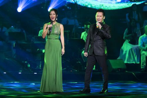 Hồng Nhungsong ca với Bằng Kiểu ca khúc Giọt sương trên mí mắt trong chương hai Hà Nội, tình yêu của tôi của đêm nhạc.
