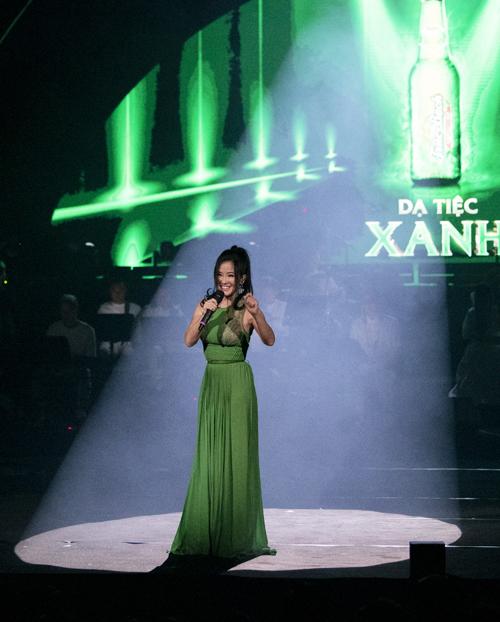 Ngoài ra, Hồng Nhung còn trình diễn những nhạc phẩm đã làm nên tên tuổi của mình nhưNhớ về Hà Nội, Đánh thức tầm xuân...