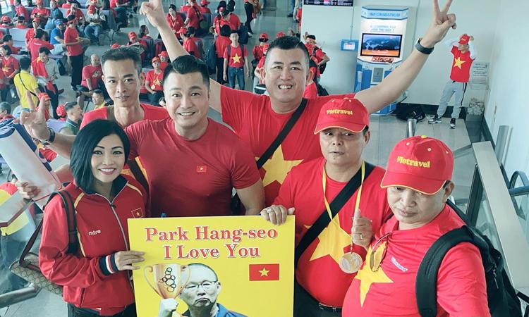 Lý Hùng thứ hai từ trái sang)cùng Nhật Cường, ca sĩ Phương Thanh (trái) đến Philippines cổ vũ trận chung kết SEA Games 30. Ảnh: L.H