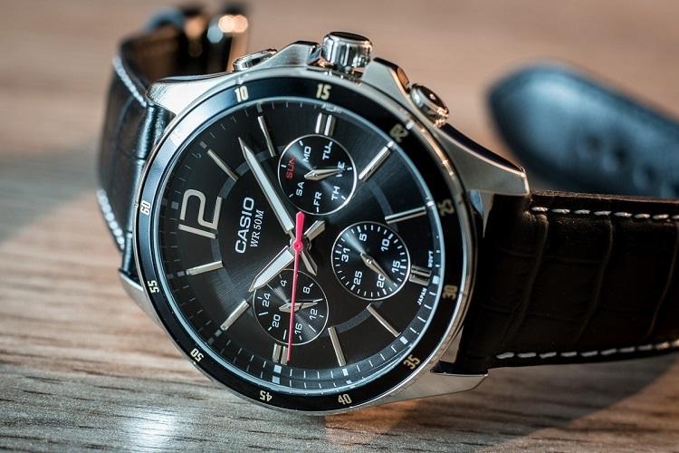 Đồng hồ nam Casio MTP-1374L-1AVDF thiết kế mặt tròn, 6 kim thanh lịch. Màu đen chủ đạo với dây đeo da có vân chắc chắn, đường may tỉ mỉ. Đường kính mặt 43,5 mm. Thiết kế thời trang, hiện đại với khả năng chống nước ở độ sâu 50 m, thoải mái đi mưa, rửa tay, rửa mặt. Vỏ đồng hồng làm từ thép không gỉ, trên viền có hiển thị số phút. Sản phẩm có giá 1,716 triệu đồng, giảm 10% so với giá gốc.