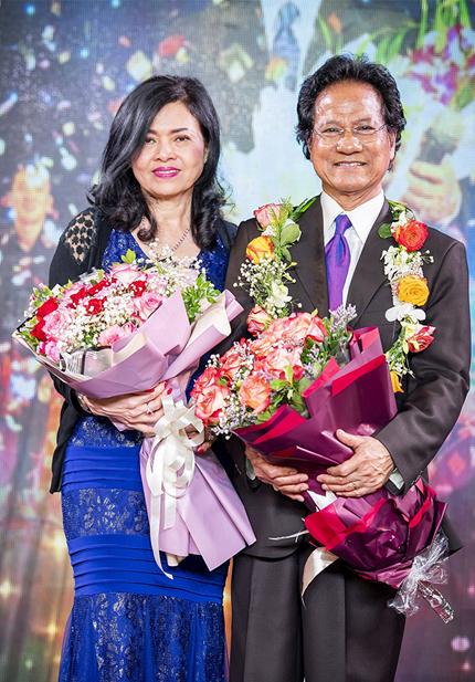 Chế Linh bên bà xãVương Nga trong buổi sinh nhật ông hồi tháng 4. Ảnh: LC.