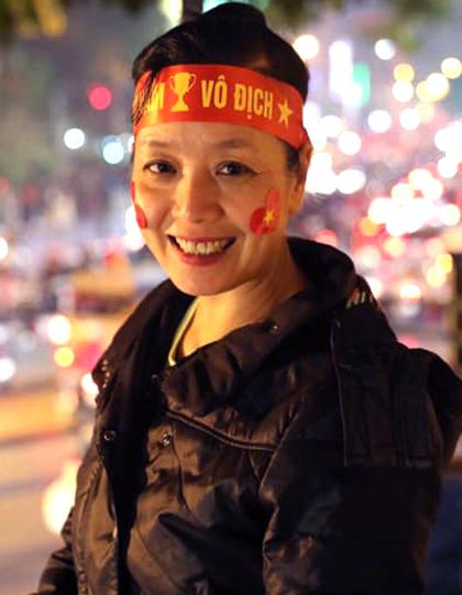 Nghệ sĩ Chiều Xuân chuẩn bị băng rôn, máy ảnh để chụp không khí vui mừng của dòng người đi bão.