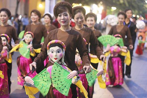 Các nghệ nhân diễu hành trong Festival múa rối lần một vào năm 2018 ở phố đi bộ Nguyễn Huệ. Ảnh: Mai Nhật.