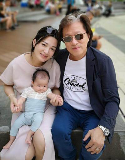 Vợ chồng Trần Thiếu Hà bên con gái. Ảnh: Mpweekly.