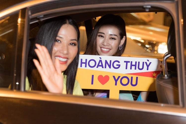 Hoa hậu Khánh Vân (phải) cũng ra sân bay đón đàn chị khi vừakết thúc lịch trình hoạt động trong ngày.