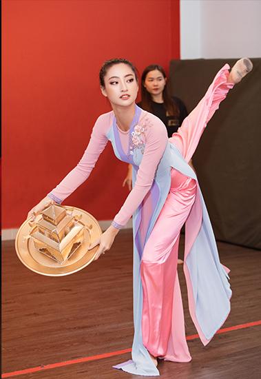 Thùy Linh tập luyện cho tiết mục trước khi lên đường tới Anh thi Miss World. Ảnh: Lê Thiện Viễn.