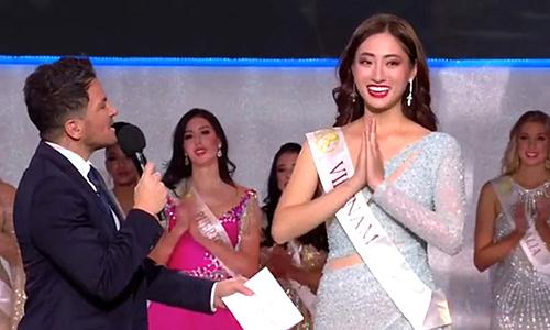 Lương Thuỳ Linh trên sân khấu chung kết Miss World. Ảnh chụp từ màn hình.