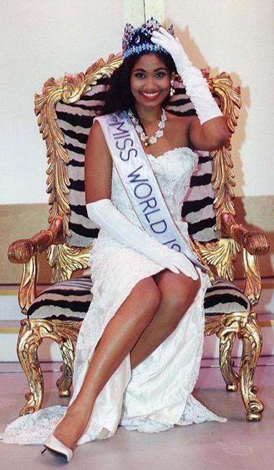 Lisa Hanna sinh năm 1975, đăng quang Hoa hậu Thế giới ở tuổi 18 trong cuộc thi tổ chức tại Nam Phi. Sau khi lên ngôi, Miss World 1993 bắt đầu hoạt động chính trị ở quê nhà, trở thành người phát ngôn cho các vấn đề Thông tin, Văn hóa và Thanh Niên của Đảng Quốc gia Nhân dân (PNP). Khi PNP giành chiến thắng trong cuộc bầu cử hồitháng 12/2011, Lisa Hanna được bổ nhiệm làm Bộ trưởng Văn hóa và Thanh niên của Jamaica, nhiệm kỳ 2012 - 2016.