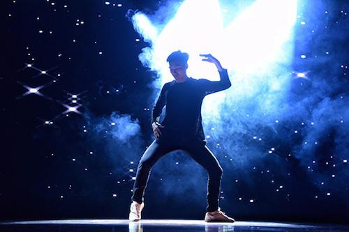 Giám khảo Kpop Dance For Youth mở đầu chương trình bằng màn biểu diễn đặc biệt với nhiều động tác khó, đưa khán giả đi từ bất ngờ này đến bất ngờ khác.