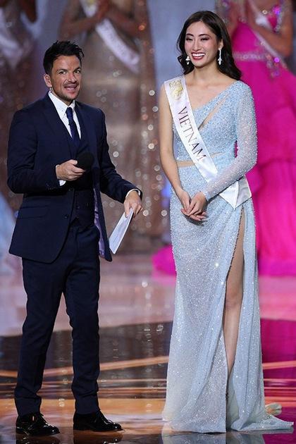 Thùy Linh chia sẻ cảm xúc cùng MC khi được gọi tên vào Top 12. Ảnh: AFP.