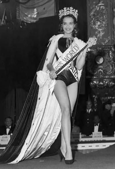 Trong đêm chung kết cuộc thi ở London, Anh, Carole Joan Crawford mặc đồ bơi một mảnh, cổ cao để tạo cảm giác cao ráo hơn. Hình ảnh bà mặc bikini sau đó được chính phủ Jamaica in trên tem thư và phát hành rộng rãi. Ở tuổi 76, Hoa hậu Thế giới 1963 hiện định cư ở Canada.