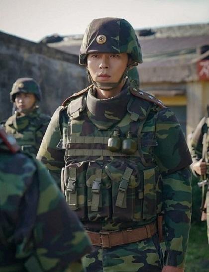 Hyun Bin vào vai đại úy Ri Jung Hyuk của quân đội Triều Tiên. Ảnh: tvN.