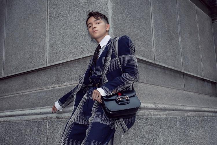 Stylist Kelbin phối mẫu túi đen với bộ vest sọc caro bản to tông xanh đậm. Thiết kế có tinh thần hoài cổ, phù hợp phong cách unisex. Ảnh: KL.