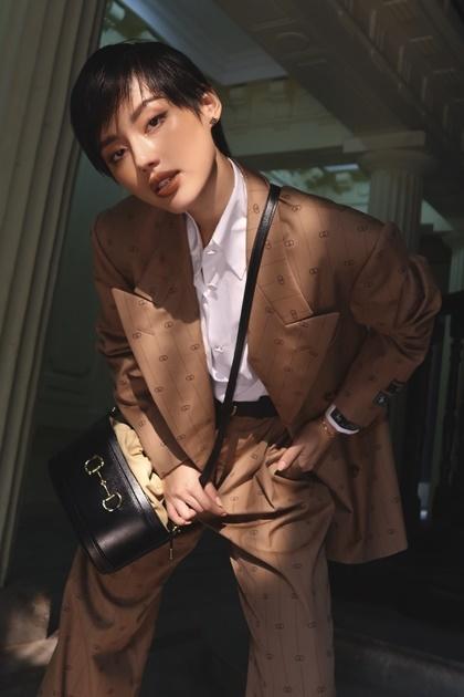 Khánh Linh The Face cũng có một chiếc túi bucket, phom dángđang thịnh hành những năm gần đây. Phần thân túi làm từ chất da chắn chắn, trong khi miệng túi lại là da mềm, dây rút, tạo thêm không gian chứa đồ. Khánh Linh là một trong các tín đồ thời trang cập nhật xu hướng nhanh nhất.