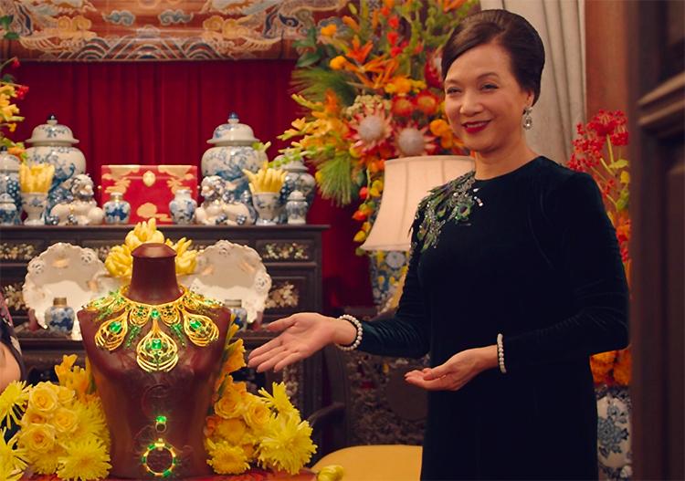 Nhân vật Thái Tuyết Mai bên bộ ngọc gia bảo của dòng họ. Ảnh: Mar6.